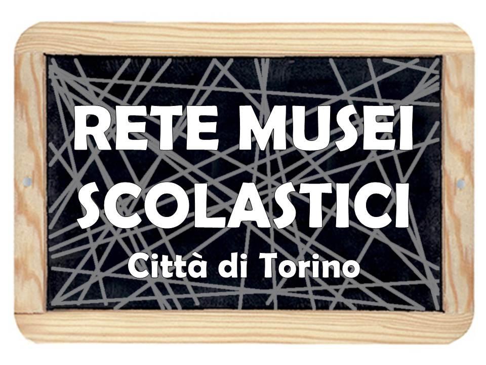 Logo con lavagna nera e scritta bianca RETE MUSEI SCOLASTICI